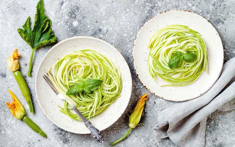 Gemüsenudeln genießen