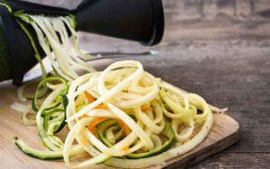 Gemüsespaghetti herstellen