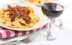 Nudeln mit Rotwein genießen